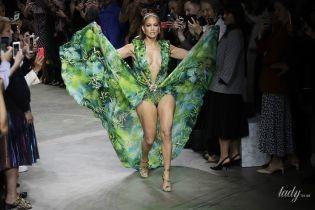 Как богиня: 50-летняя Дженнифер Лопес в откровенном платье произвела фурор на подиуме в Милане