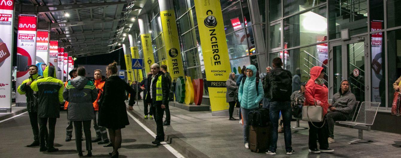 """З аеропорту """"Київ"""" евакуювали пасажирів та персонал через повідомлення про мінування"""