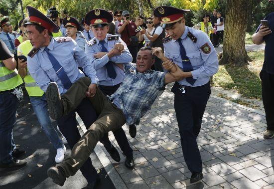 У Казахстані відбулися антиурядові мітинги – понад 70 затриманих