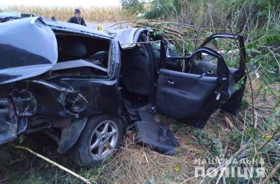 На Хмельниччині п'яний водій на повному ходу врізався у стовп. Загинули чотири людини