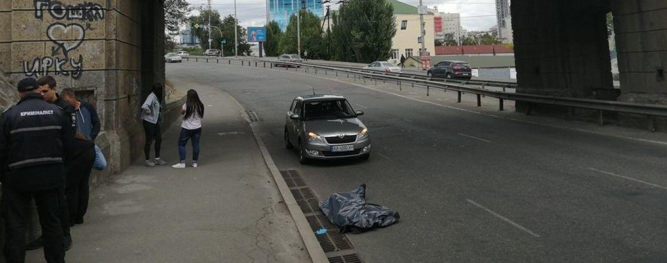 У Києві чоловік впав на дорогу із залізничного мосту та розбився на смерть