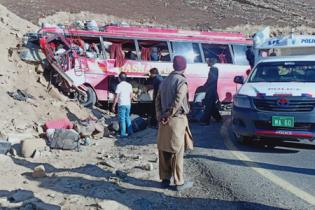 У Пакистані автобус врізався в гору – 26 загиблих і десяток травмованих
