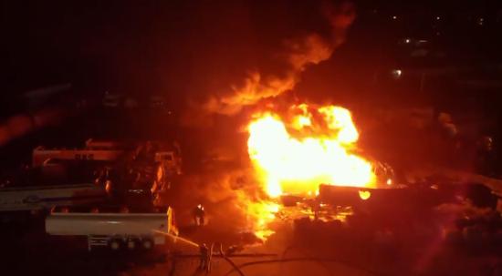 У Києві горить та вибухає нафтобаза. Відео з дрона