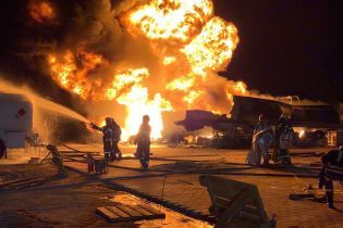 В Киеве горели и взрывались автоцистерны на нефтебазе. Видео с дрона