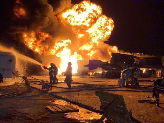 У Києві горіли та вибухали автоцистерни на нафтобазі. Відео з дрона