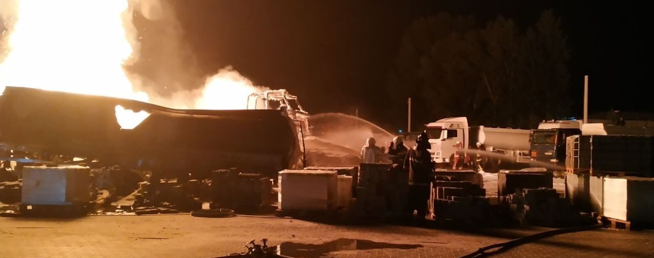 Рятувальники загасили велику пожежу на складі матраців у Києві