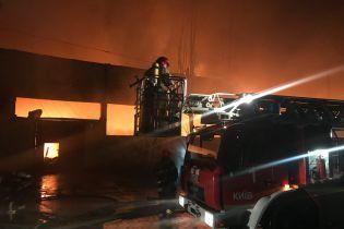 Пожар на складе матрасов в Киеве: огонь перекинулся на 4-этажное офисное здание