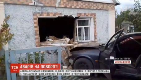 Автівка врізалась у приватний будинок на Миколаївщині і знесла пів стіни