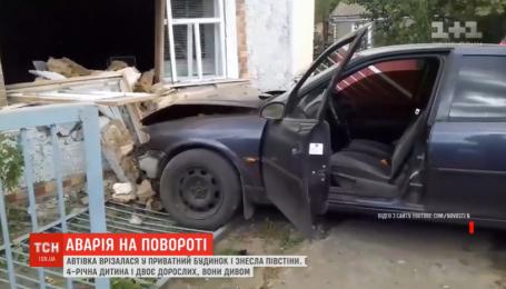 Легковушка влетела прямо в дом с семьей внутри на Николаевщине