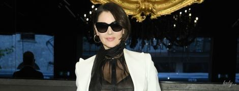 В прозрачной блузке и белом костюме: эффектная Моника Беллуччи на модном шоу в Милане