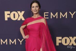 У рожевій сукні з розрізом: Кетрін Зета-Джонс на світській церемонії в Лос-Анджелесі