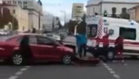 В Киеве легковушка протаранила скорую помощь. Видео