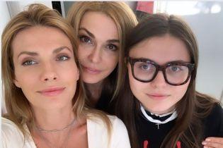 Ольга Сумская в розовой курточке показала, как со своими дочерьми в центре Киева гуляла