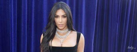 Как всегда, великолепная: Ким Кардашьян подчеркнула сексуальные формы бархатным платьем