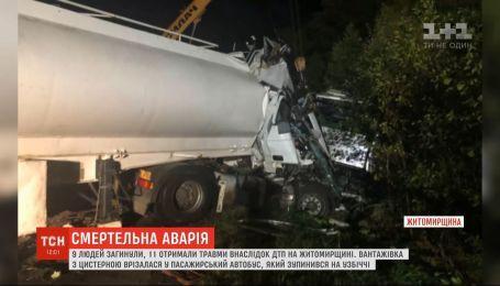 9 человек погибли в результате столкновения автоцистерны и автобуса в Житомирской области