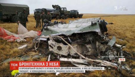 Во время международных учений в России из самолета на поле упали две боевые машины