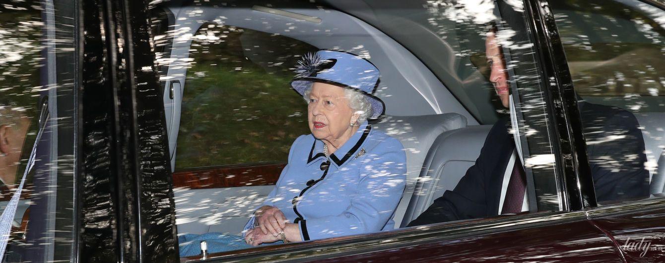 Тепер у лавандовому: красива королева Єлизавета II з онуком з'їздила на службу