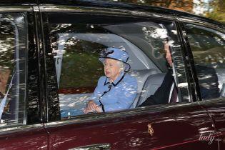 Теперь в лавандовом: красивая королева Елизавета II с внуком съездила на службу