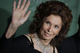З оголеними плечима і діамантовим кольє: розкішний вихід 85-річної Софі Лорен