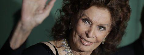 С обнаженными плечами и бриллиантовым колье: роскошный выход 85-летней Софи Лорен