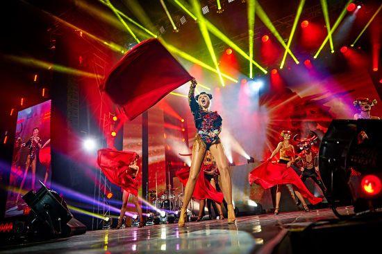 Довгонога Оля Полякова у латексній сукні та блискучому боді відіграла концерт у Львові