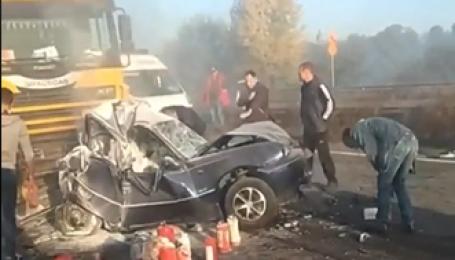 Фура раздавила легковушку в масштабной аварии возле Броваров. Видео