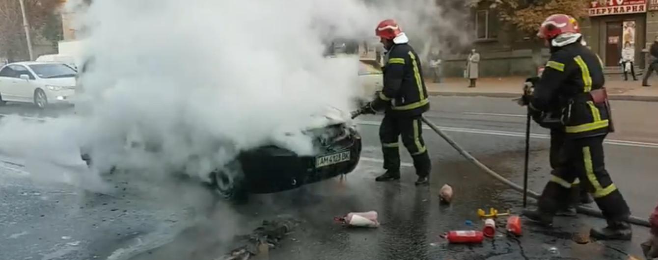 В Киеве прямо во время движения загорелось авто