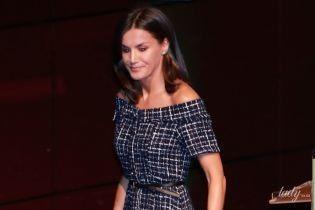 Игриво приоткрыла плечи: королева Летиция в твидовом платье приехала на мероприятие