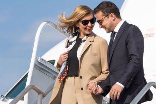 В бежевом костюме и за руку с мужем: Елена Зеленская в США