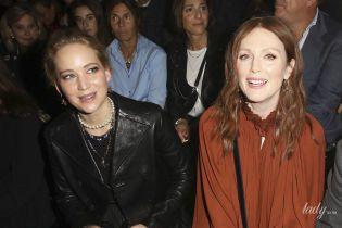Звезды на шоу Dior: Джулианна Мур в терракотовом платье-балахоне, Дженнифер Лоуренс в кожаном жакете