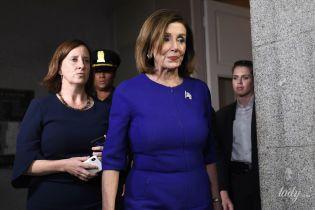 В синем платье-футляре и с красивыми серьгами: аутфит спикера палаты представителей США Нэнси Пелоси