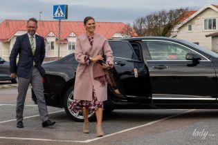В винном цветочном платье и красивом пальто: стильный выход кронпринцессы Виктории