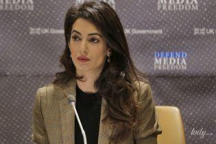 В клетчатом жакете и с красивым макияжем: деловой аутфит Амаль Клуни