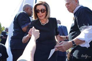 В черном платье и с жемчугом: спикер палаты представителей США в элегантном образе выступила на митинге