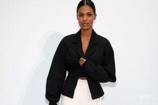 Засветила кружевное белье: Тина Кунаки на Неделе моды в Париже