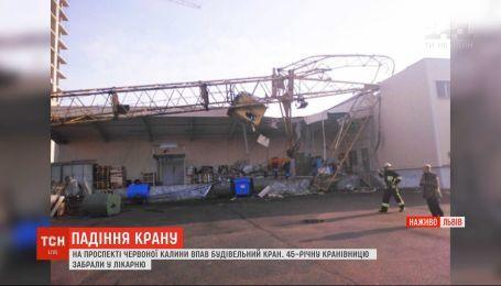 У Львові будівельний кран впав на супермаркет, є постраждала