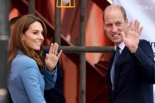 Принц Уильям и Кейт в небесно-голубом пальто разбили о борт судна бутылку шампанского