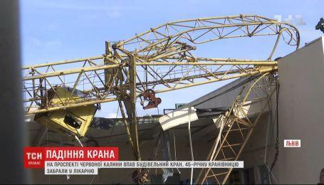 Старый строительный кран упал на склады супермаркета во Львове