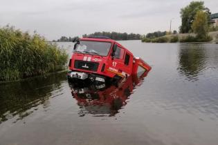 На Киевщине пожарное авто утопилось в Днепре. Видео
