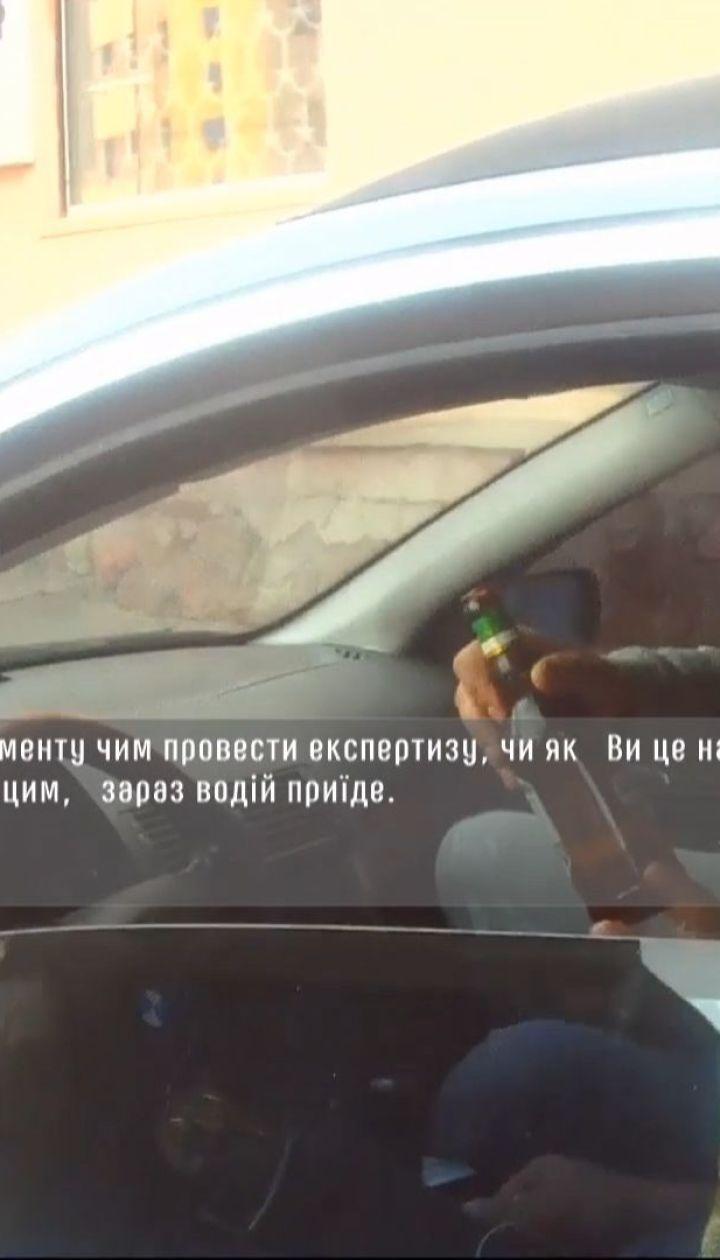 В Черновцах водитель, которого остановили за нарушение ПДД, выпил пива на глазах у копов
