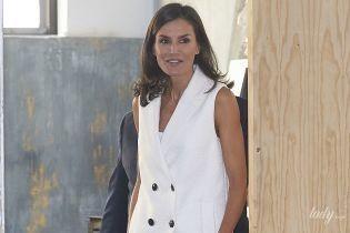 В кожаных брюках и белой жилетке: стильный выход королевы Летиции