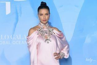 В шелковом платье с камнями на груди: Адриана Лима вышла в свет в эффектном луке