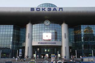 На железнодорожном вокзале Киева злоумышленник с ножом напал на мужчину