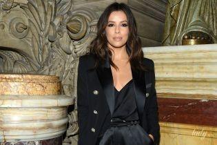 Похвасталась декольте и сумкой: Ева Лонгория на модном шоу в Париже
