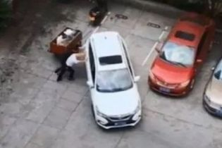 Тщетные попытки китайца припарковать кроссовер подорвали Сеть. Видео