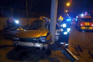 В Днепре авто врезалось в электроопору: водитель погиб, пассажирка в больнице
