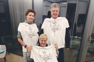 Порошенко посетил Гонтареву в больнице и подарил ей эксклюзивную футболку