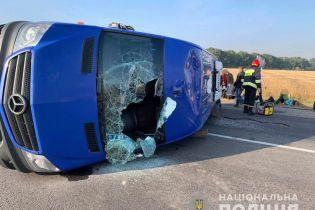 Возле Жашкова маршрутка столкнулась с грузовиком: пятеро пострадавших