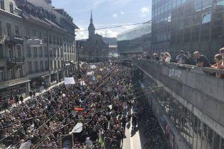 На климатическую акцию в Берне вышли около 100 тысяч человек. Во всем мире - до 7 миллионов