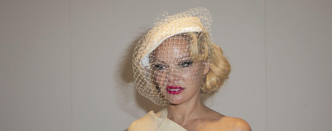 Елегантна Памела Андерсон підкреслила пишний бюст асиметричною сукнею